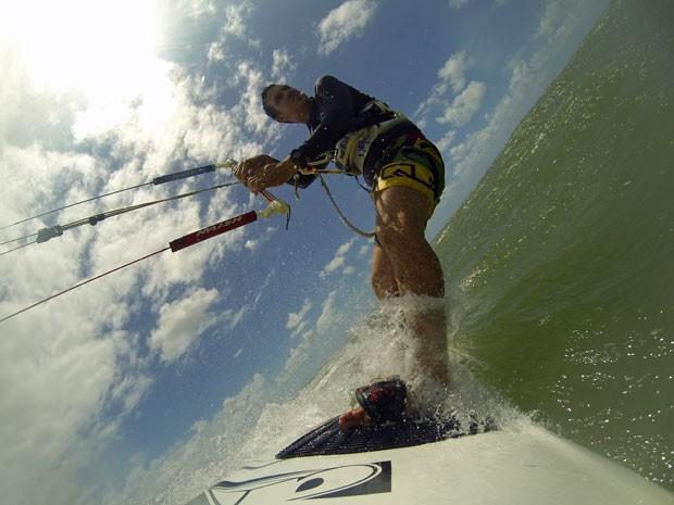 Para os aventureiros, o kitefurfe é uma das opções das praias da Ilha de Itamaracá. Windsurfe, stand up e canoagem também podem ser praticados no Litoral Norte (Foto: Bruno Fontes / TV Globo)
