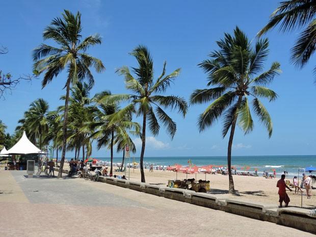 Na Zona Sul do Recife, o calçadão de Boa Viagem abriga quiosques de água de coco e é usado para a prática de atividades esportivas. Uma caminhada é umaboa pedida para os turistas (Foto: Marina Barbosa / G1)