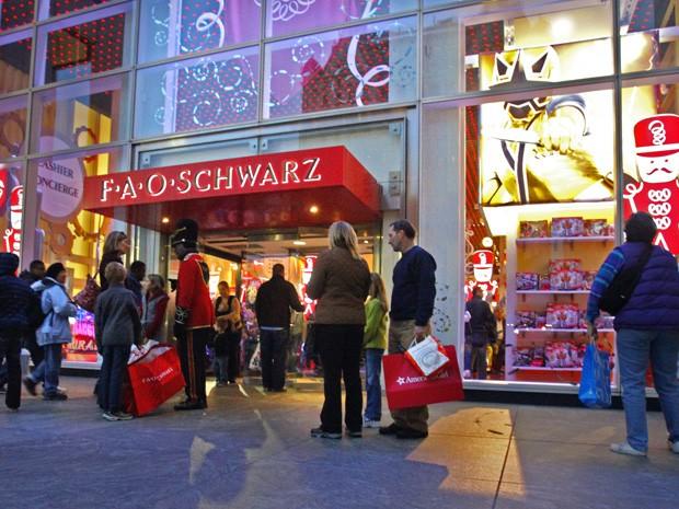 Fachada da F.A.O. Schwarz, a lendária loja de brinquedos na Quinta Avenida em Nova York, em foto de 2011 (Foto: AP Photo/Bebeto Matthews, File)