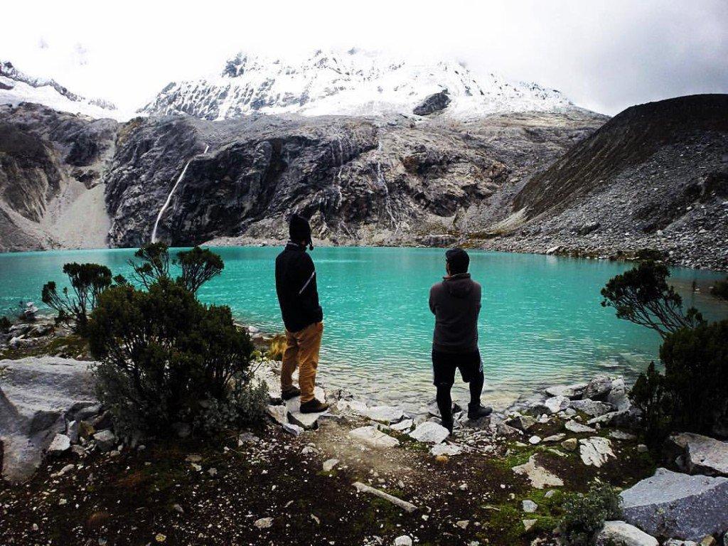 A dupla no lago Huaraz, no Peru