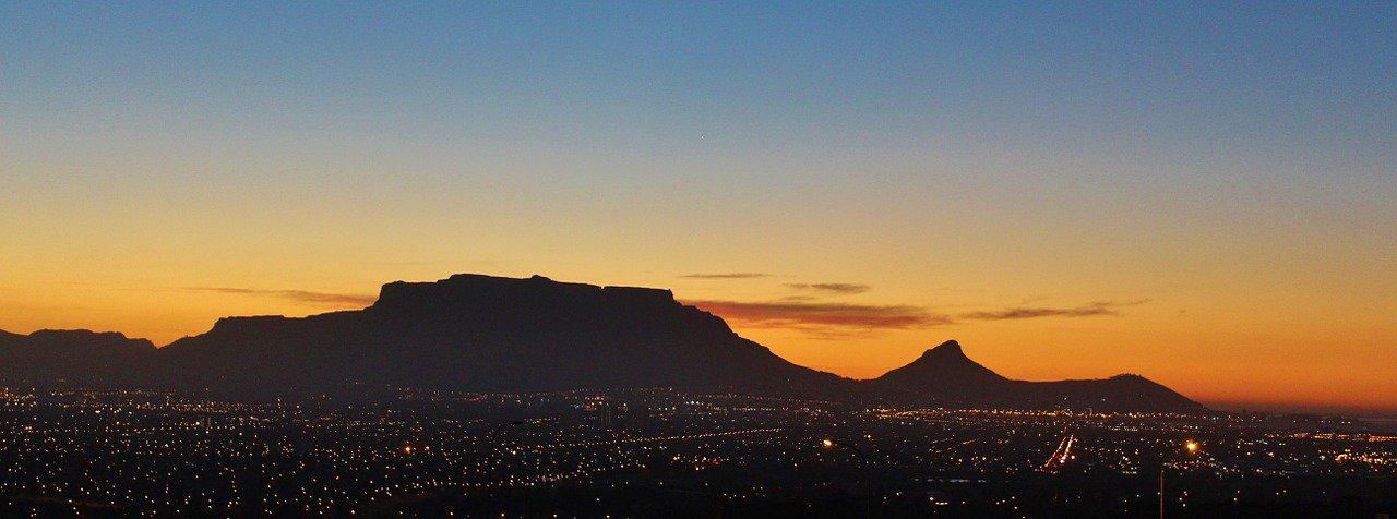 Vista do entardecer na Cidade do Cabo com a Table Mountain ao fundo