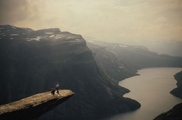 Amigo fotografou o momento em que o jovem Harald Six pediu sua namorada, Hanna, em casamento em cima da pedra conhecida como 'língua de Troll' (Foto: Harald Six/Divulgação)