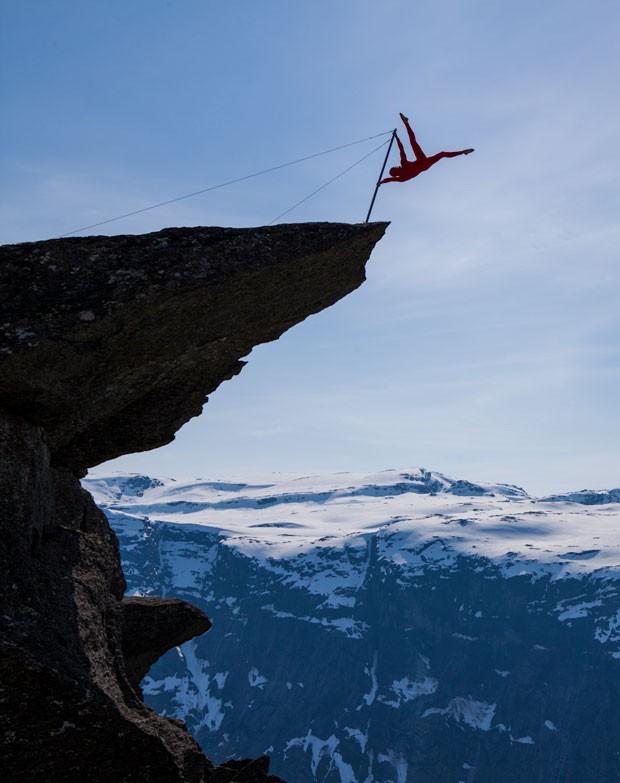 Homem se exercita em barra na pedra de Trolltunga (Foto: Dag Endre Opedal/Creative Commons)