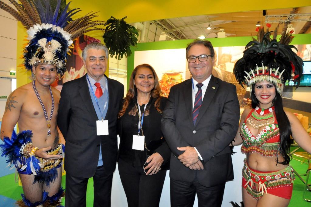 Alberto Alves, do MTur, e Vinicius Lummertz, da Embratur, ao lado de Oreni Braga, da Amazonastur, no estande do Amazonas