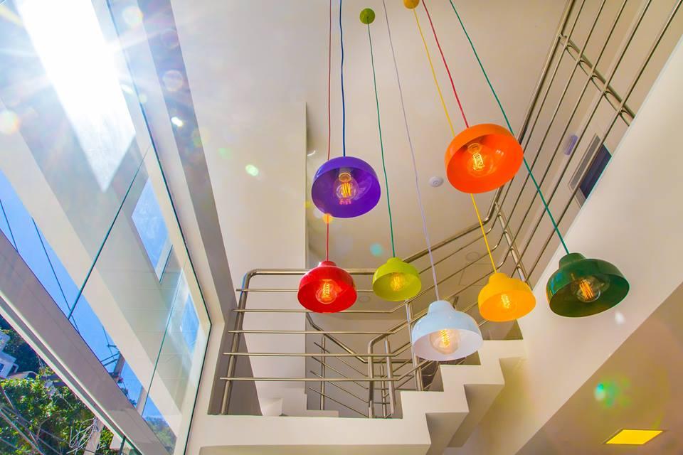 Lustre com cpulas coloridas do um charme especial ao hall de entrada