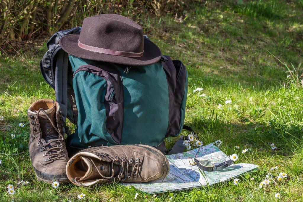 mochila no gramado