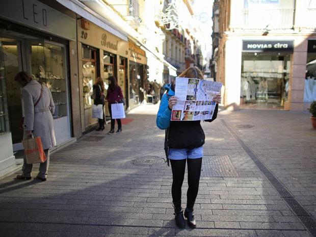 Turista olha mapa (Foto: Reuters/Marcelo del Pozo)