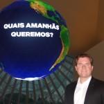 O ministro diante do globo no hall do Museu