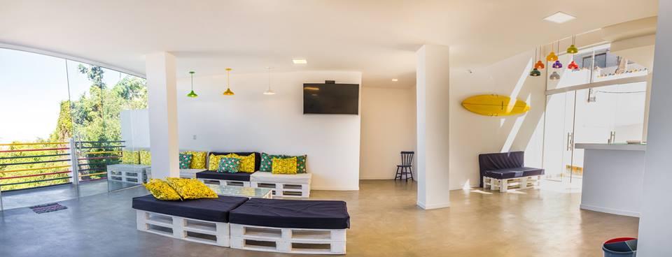 Lounge central do Aquarela do Leme: cores completam a decorao cool e minimalista
