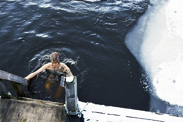 Mulher entra em buraco cortado no gelo, na Finlndia