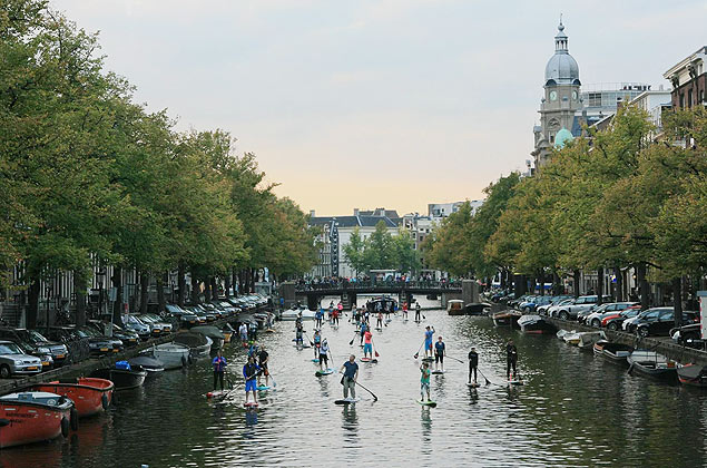 Grupo faz stand-up paddle em Amsterd