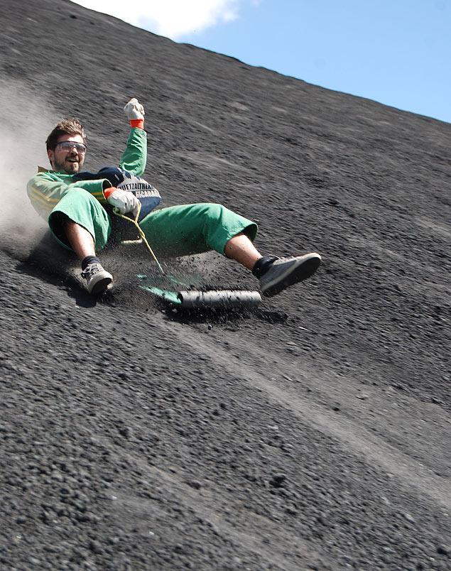 Homem faz volcano boarding no Cerro Negro