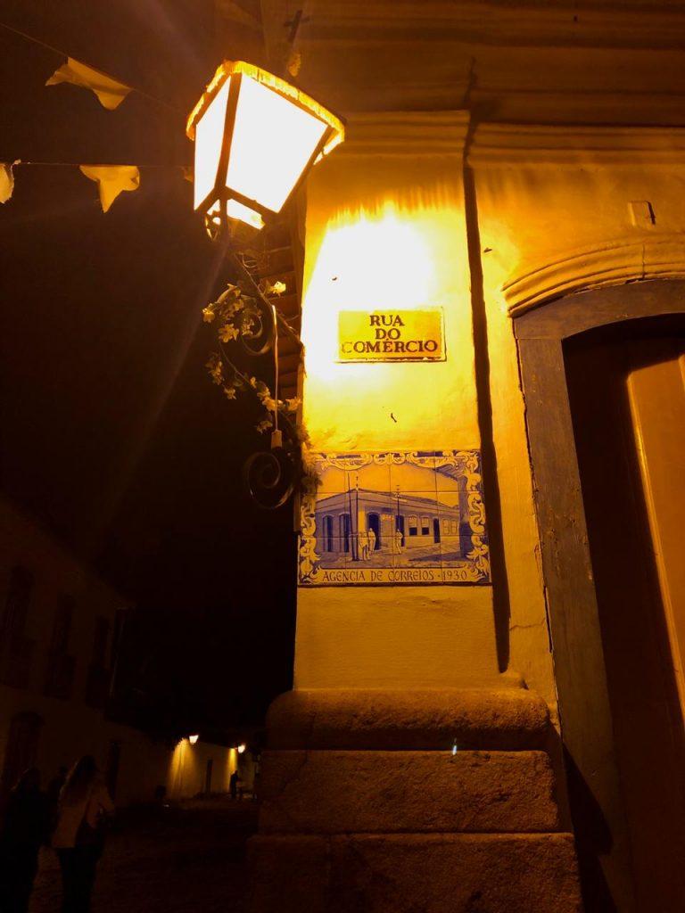 Azulejo português em frente a fachada histórica em Partaty | Parati