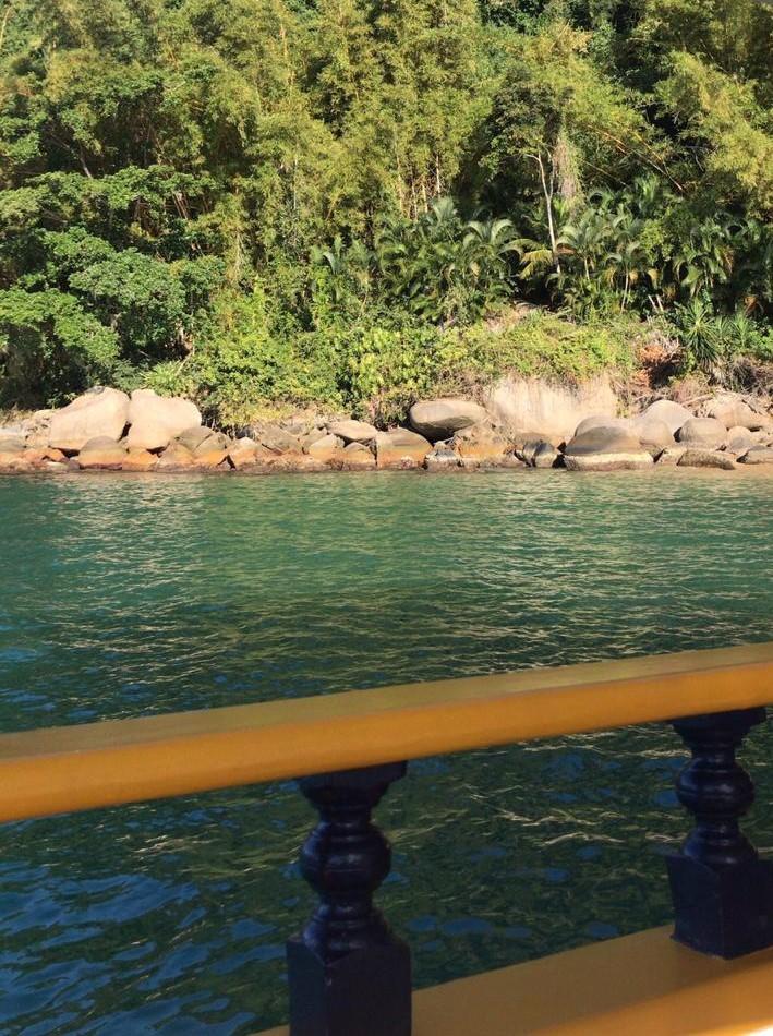 O Mar de paraty oscila entre o azul turquesa e o verde royal