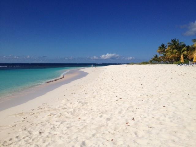 Mar cristalino e areia branca são marcantes na Ilha de Anguila.